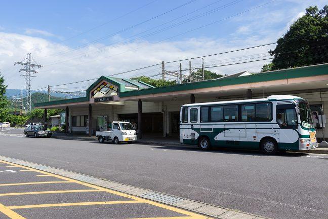 榊原温泉へのバスなどが発着する駅前広場