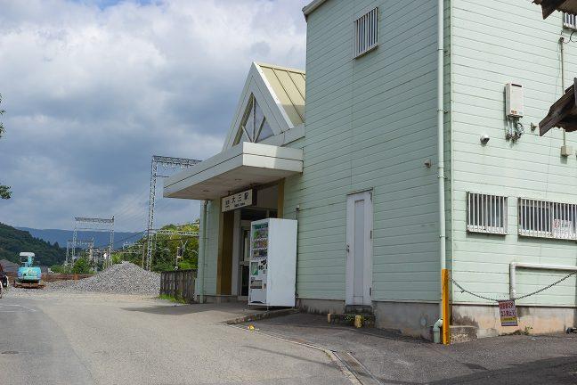 大三駅舎の奥に見えるのはバラストの山