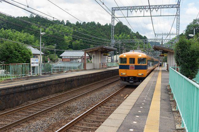 伊勢石橋駅を通過する賢島行き特急