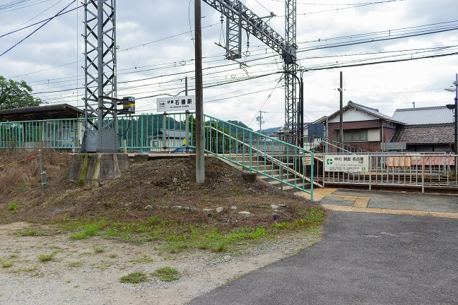 駅舎は2002年に撤去され、直接ホームにアクセスする