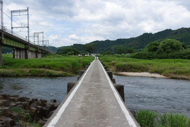 伊勢石橋駅付近にある潜水橋で雲出川を渡る