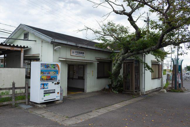 駅舎の間際から生えた桜の古木が印象的な川合高岡駅