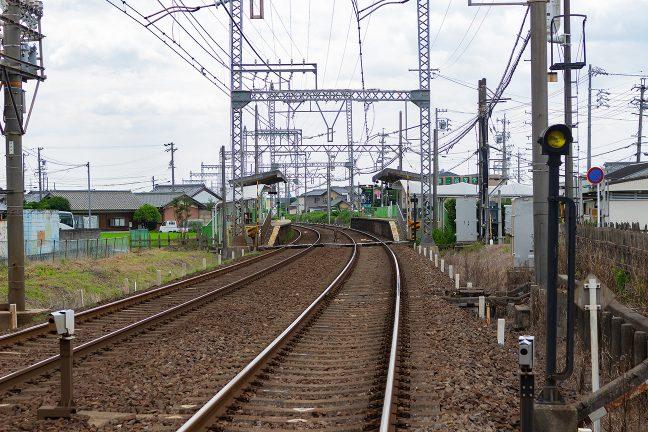 市街地の中の曲線に設けられた川合高岡駅のホーム