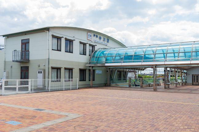 明るい雰囲気の伊勢中川駅に到着