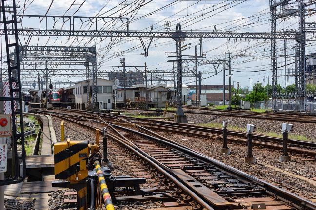 複雑な分岐構造の伊勢中川駅に停車中の伊勢志摩ライナー