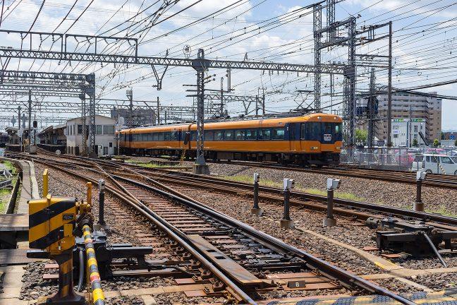 伊勢中川駅を出発する大阪上本町行き特急