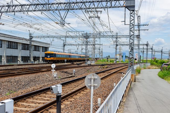 大阪線方面に出発していく特急を見送る