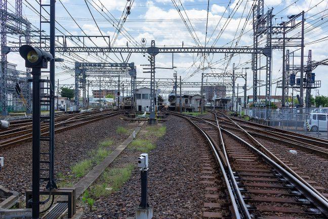 伊勢中川駅北にある川合高岡第23号踏切から駅構内を眺める