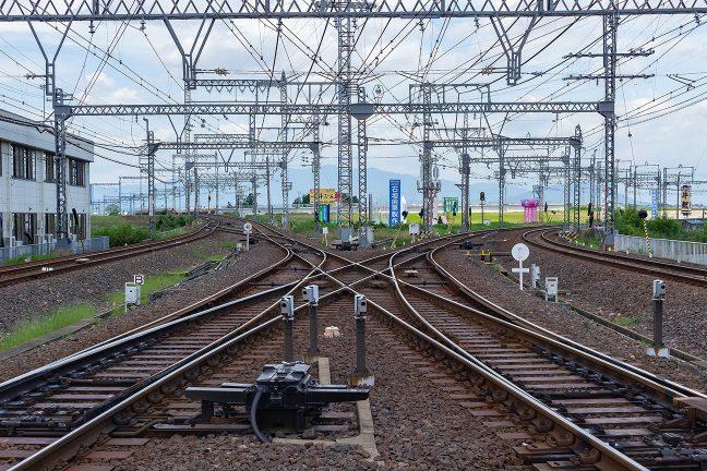 伊勢中川駅北にある川合高岡第23号踏切から左の大阪線、右の名古屋線、奥の短絡線を眺める