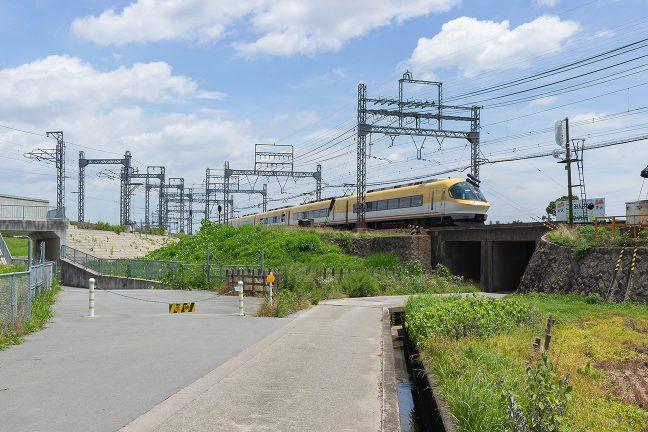 名古屋線を通って伊勢中川駅に進入する伊勢志摩ライナー