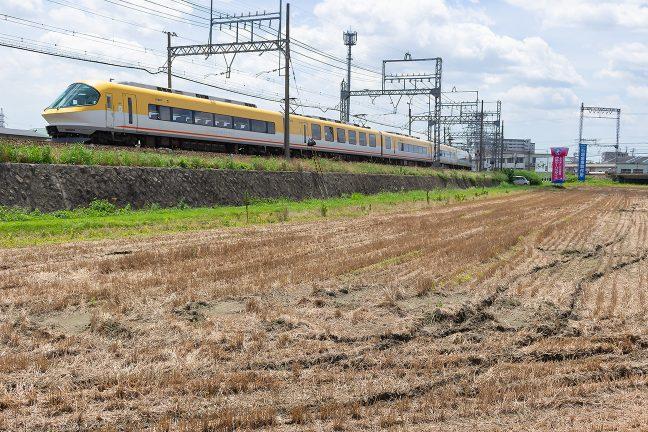 構内信号で一旦停車して伊勢中川駅に進入していく伊勢志摩ライナー