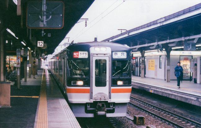 名古屋駅で出発を待つ急行「かすが」