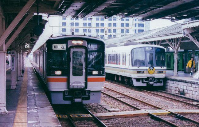 地平時代の奈良駅に到着した急行「かすが」