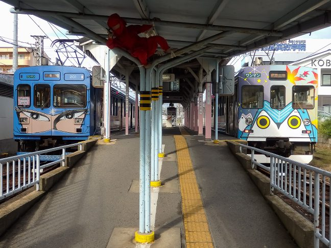 上野市駅で上下列車が交換する