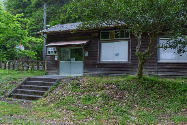 かつては駅員も配置されていた木造の古い駅舎が健在
