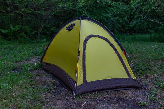 駅前の空き地にテントを張って駅前野宿