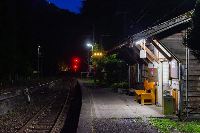 彼方の線路に煌めきを落として普通列車がやってきた