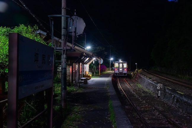 すっかり暮れた無人の坪尻駅で一休みする琴平駅行きの普通