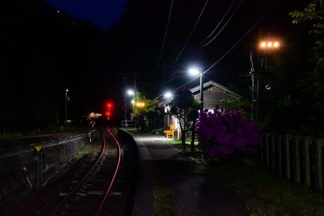 スイッチバックの引込線に入っていく普通列車