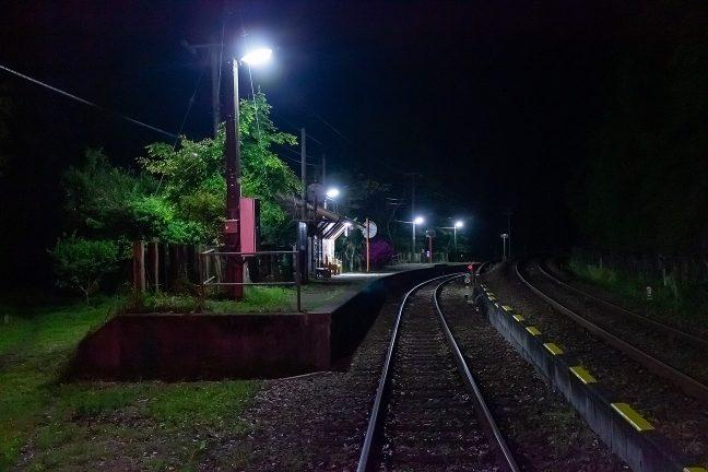 駅施設以外は夜の帳に包まれた坪尻駅