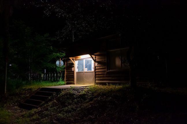 侘びしくもどこか温かい、坪尻駅の夜