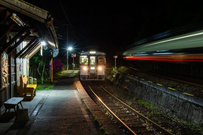 上り特急列車の通過を待って、本日の最終列車が出発していく