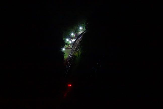 国道沿いの高台まで夜道を歩き、坪尻駅を俯瞰する