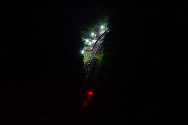 闇に包まれた谷底に、そこだけは明るく照らされた坪尻駅が、静かに佇んでいた