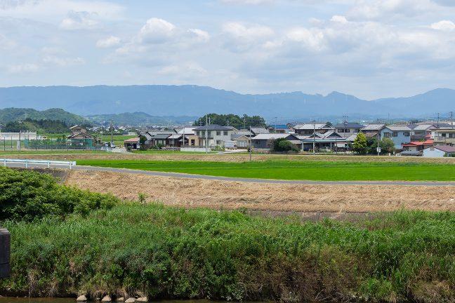 伊勢中川駅付近から遠望した青山高原の山並み