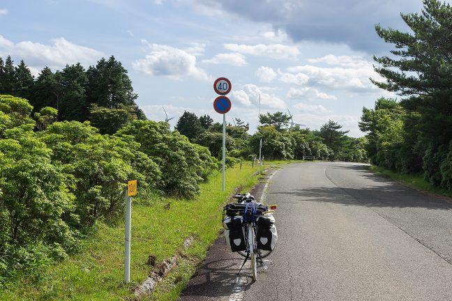 稜線付近の県道は、気持ちの良い2車線道路になる