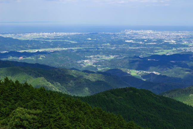 津港のドッグが遠望される青山高原からの眺め