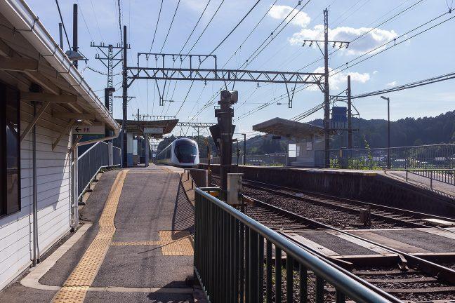 大阪上本町駅に向かうアーバンライナーネクストが通過していく
