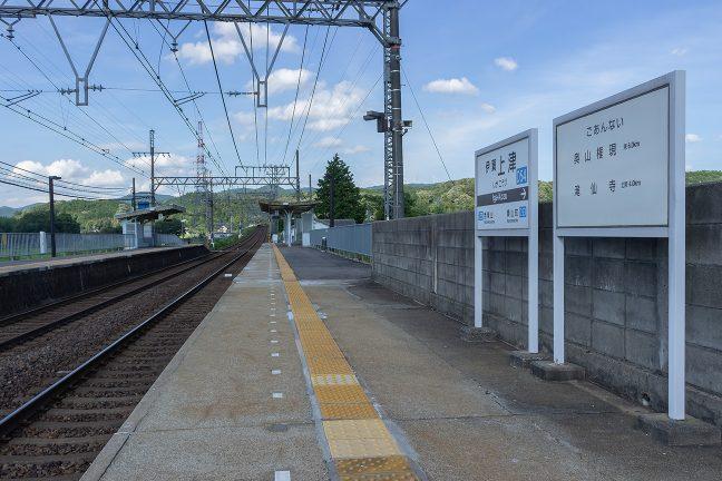 伊賀上津駅から下り方向を眺めると新青山トンネルに向かって登りが始まる