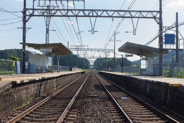 傾きかけた西日の中で穏やかな雰囲気の伊賀上津駅