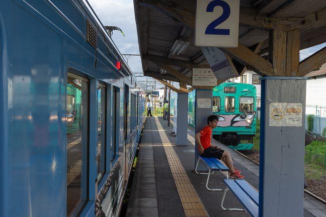 茅町駅で上下列車の交換
