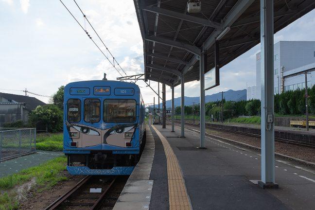 伊賀上野駅に到着した伊賀鉄道列車