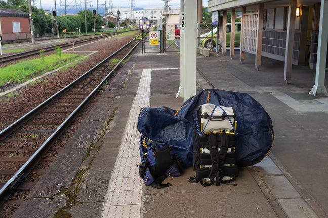 輪行装備をまとめて関西本線の上り列車の到着を待つ