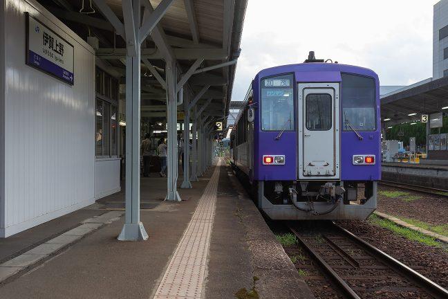 伊賀上野駅に到着した、加茂行きの関西本線上り列車