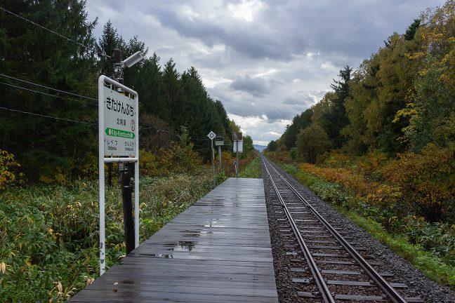 防風林に囲まれて真っ直ぐに伸びる北辺の鉄路が印象的な北剣淵駅