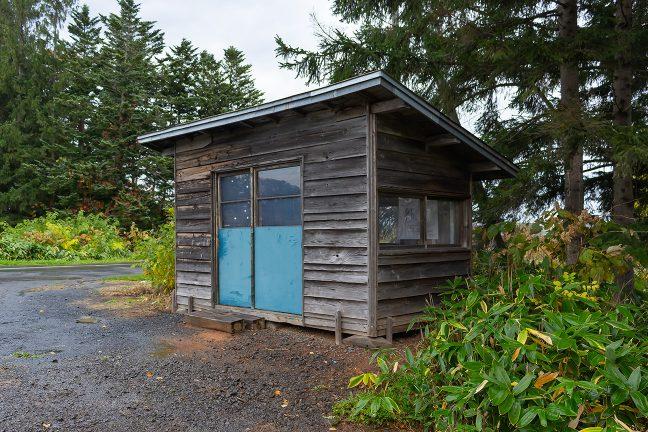 小屋という表現が似つかわしい北剣淵駅の待合室