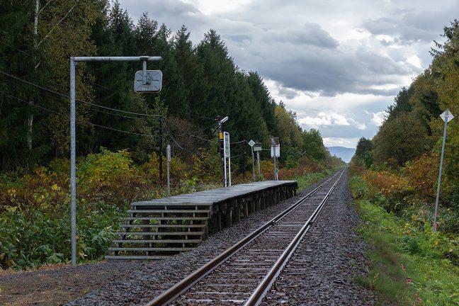 簡素な作りの駅は、廃止された後、跡形もなく、記憶の彼方に遠ざかるのだろうか