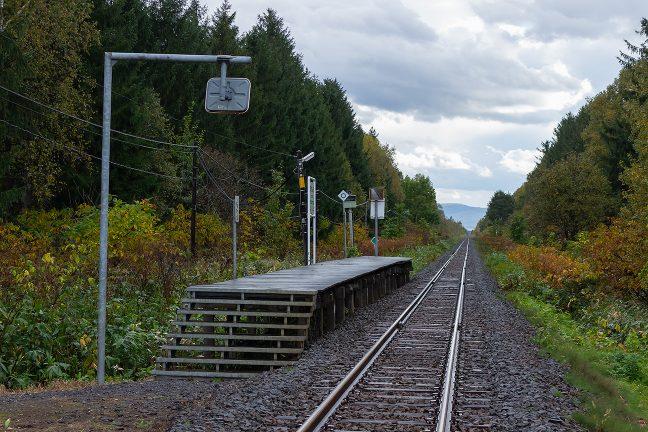 一直線に伸びる2条の鉄路が印象的な北剣淵駅の情景