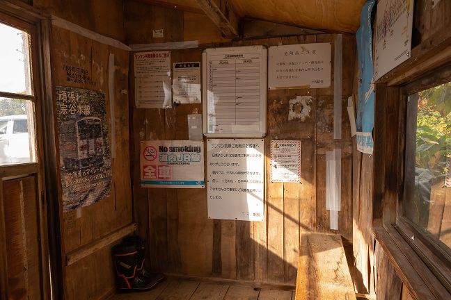 待合室内には、木製のベンチと、背面窓がある。