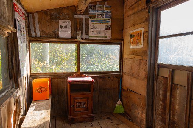 一方の側面にも窓があり、待合室内は明るく落ち着いた雰囲気