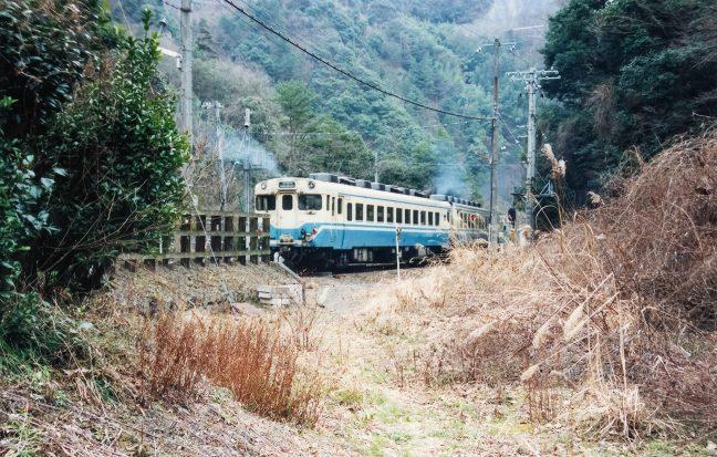 坪尻駅を出発していく普通列車を見送る