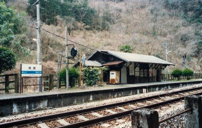谷間の中の僅かな平地に古びた木造駅舎が静かに佇んでいる