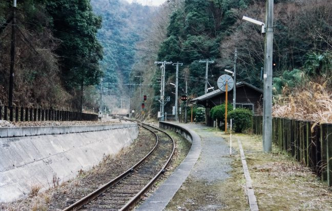坪尻駅のホームに立って、高知駅方の下り線方向を眺める