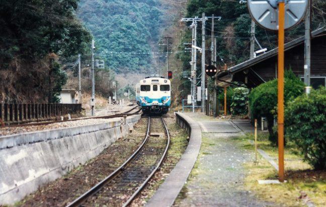 バックで駅ホームに進入してくる普通列車