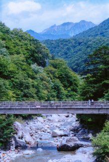 蒲田川付近から望む槍ヶ岳(岐阜県:2001年8月)