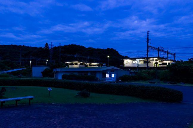 一夜明けた東青山駅は、青い大気の底で、まだ眠りの中